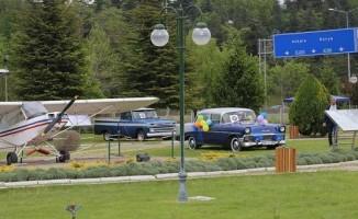 Hava müzesi parkında eski uçak ve otomobiller sergileniyor